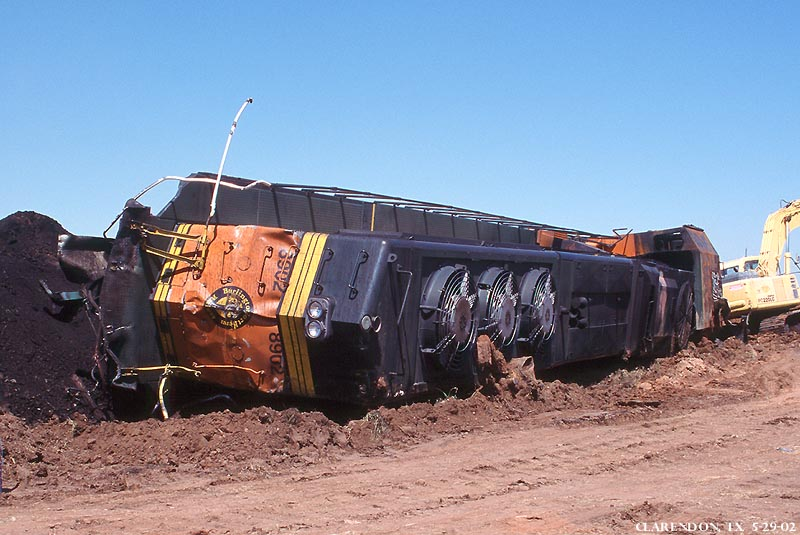 http://www.trainweb.org/brettrw/derail/bnsf/clarendon/BNSF8902a.jpg