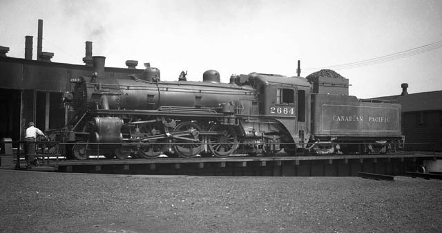 G2u 2664 On The Table At Windsor C 1940 S Harry Hart